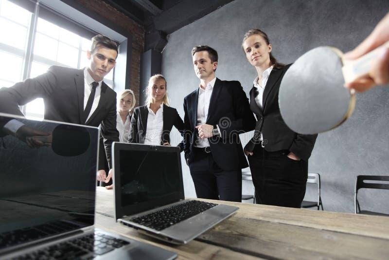 De bedrijfsmensen spelen pingpong royalty-vrije stock afbeelding