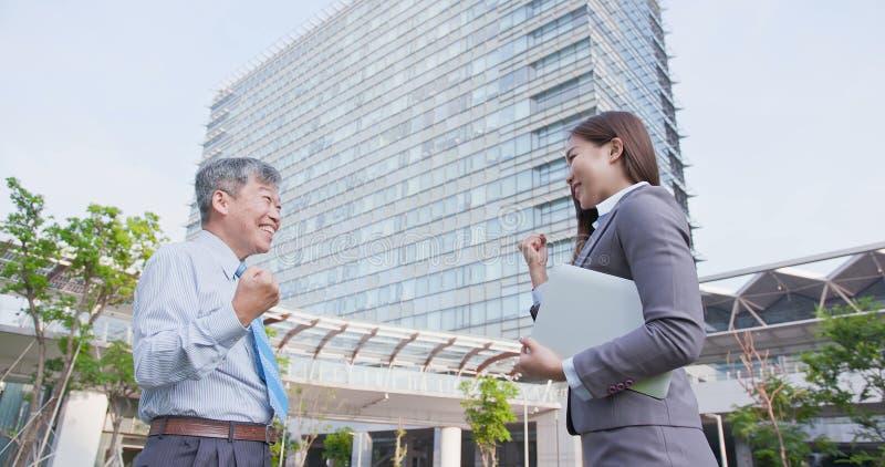 De bedrijfsmensen spreken gelukkig royalty-vrije stock foto