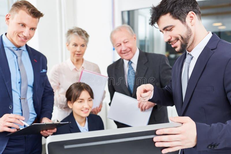 De bedrijfsmensen staren bij computer royalty-vrije stock afbeelding