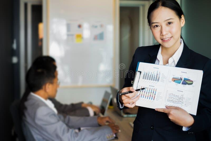 De bedrijfsmensen stellen bedrijfsideeën aan het team voor terwijl het samenkomen in het bureau, bedrijfsconcept royalty-vrije stock fotografie