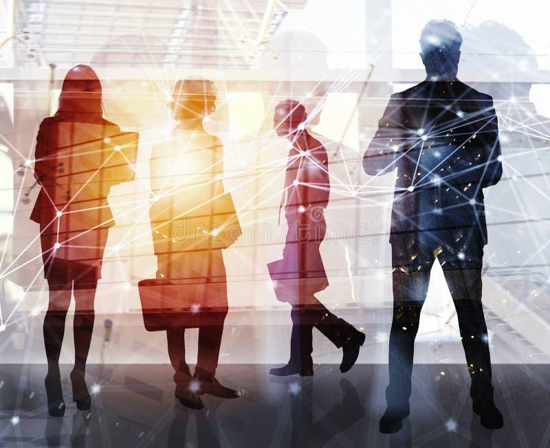 De bedrijfsmensen werken in bureau met Internet-netwerkgevolgen samen Concept groepswerk en vennootschap dubbel royalty-vrije stock foto
