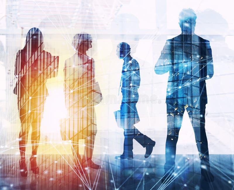 De bedrijfsmensen werken in bureau met Internet-netwerkgevolgen samen Concept groepswerk en vennootschap dubbel stock afbeelding