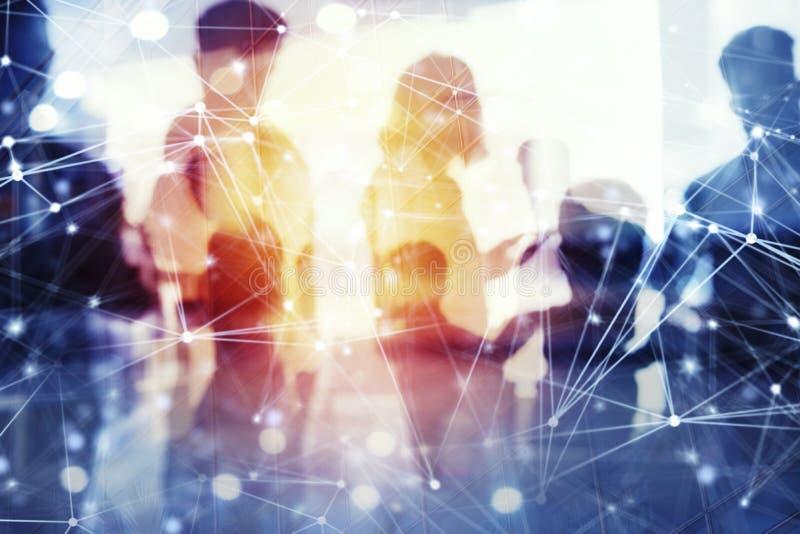 De bedrijfsmensen werken in bureau met Internet-netwerkgevolgen samen Concept groepswerk en vennootschap dubbel royalty-vrije stock afbeeldingen