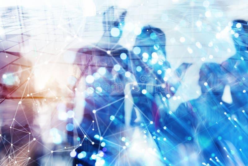 De bedrijfsmensen werken samen in bureau samen Internetverbindinggevolgen Dubbele blootstellingsgevolgen stock afbeelding