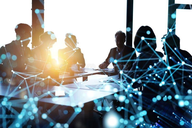 De bedrijfsmensen werken samen in bureau samen Internetverbindinggevolgen Dubbele blootstellingsgevolgen royalty-vrije stock afbeelding