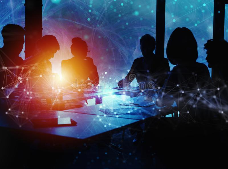 De bedrijfsmensen werken samen in bureau samen Internetverbindinggevolgen Dubbele blootstellingsgevolgen royalty-vrije stock afbeeldingen
