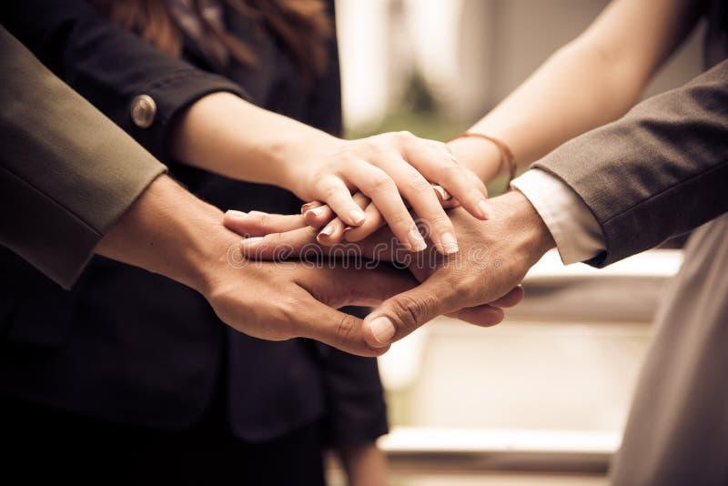 De bedrijfsmensenhanden assembleren Collectief in Vergadering en Groepswerkconcept Groep groepswerk en samenwerkingsthema Samen stock afbeeldingen