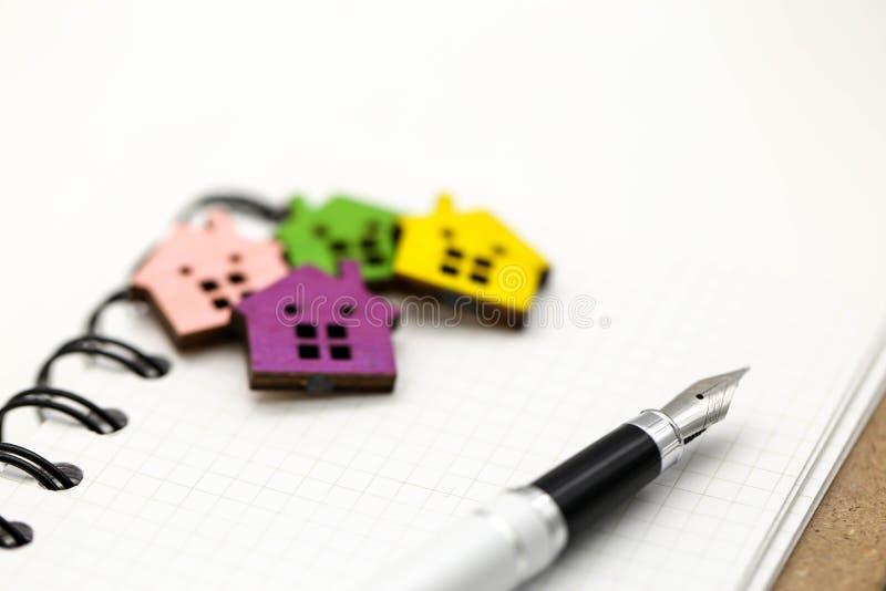 De bedrijfsmensenovereenkomst voor contract nieuw huis te ondertekenen koopt of huurt royalty-vrije stock afbeelding