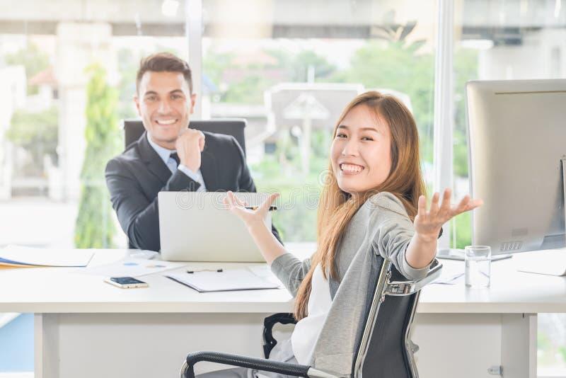 De bedrijfsonderhandelingen bereiken de doelstellingen van de doelstellingen, en bereiken groot succes De onderhandelaar draaide  stock afbeeldingen