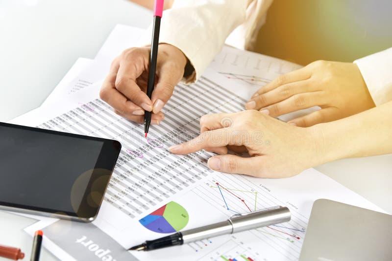 De bedrijfsstrategie planning, Bedrijfsvrouwen bespreekt en herziet de documenten van administratiegegevens stock afbeeldingen