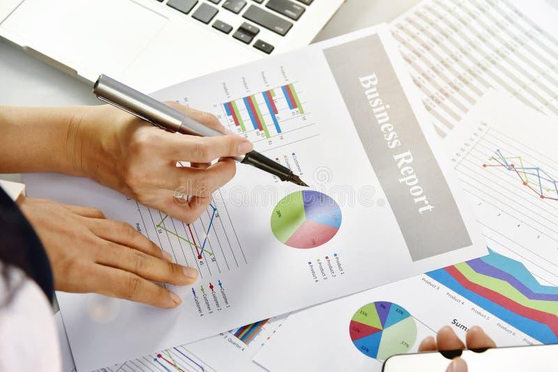 De bedrijfsstrategie planning, Bedrijfsvrouwen bespreekt en herziet gegevensdocumenten royalty-vrije stock foto's