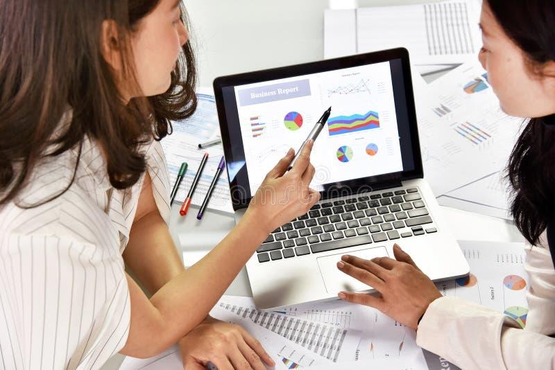 De bedrijfsstrategie planning, Bedrijfsvrouwen bespreekt en herziet gegevensdocumenten stock foto