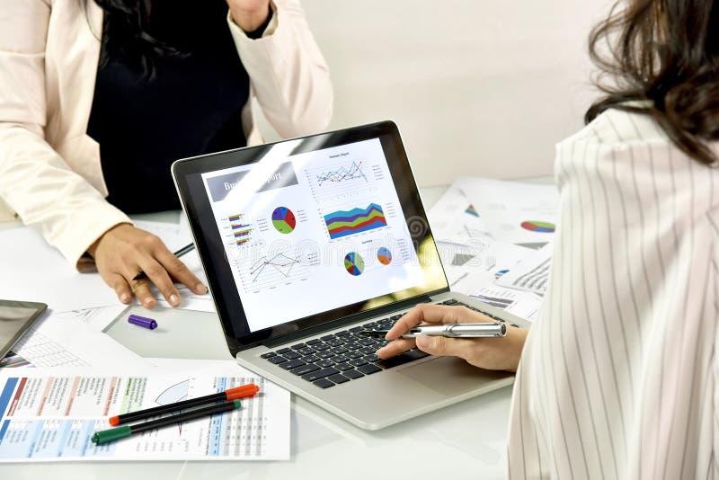 De bedrijfsstrategie planning, Bedrijfsvrouwen bespreekt en herziet gegevensdocumenten stock afbeeldingen