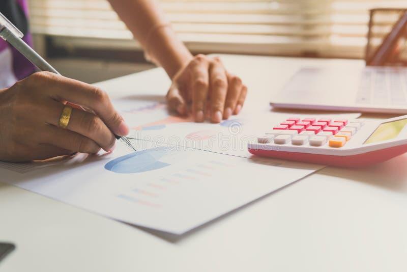 De bedrijfsvrouw berekent over kosten en het doen van financiën op kantoor stock afbeeldingen