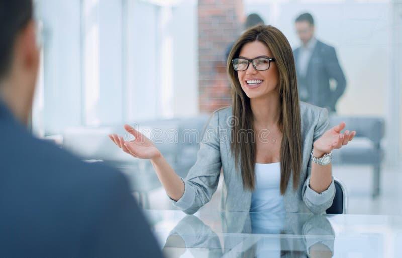 De bedrijfsvrouw bespreekt met de cliënt de termijnen van het contract stock foto's