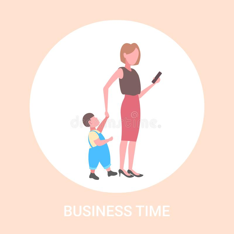 De bedrijfsvrouw die cellphone gebruikt terwijl het lopen met weinig kindzoon wil aandacht van de verslaving van moedersmartphone royalty-vrije illustratie
