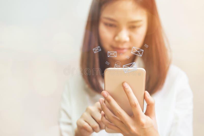 De bedrijfsvrouw die smartphone gebruiken toont pictogram sociale e-mail, Concept mededeling royalty-vrije stock foto