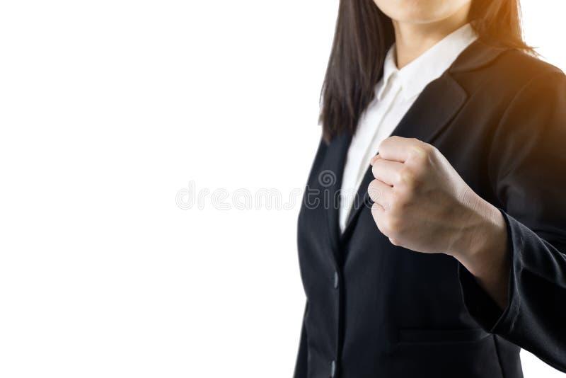 De bedrijfsvrouw die zwart kostuum draagt dat toont handvol verwezenlijkingen bevindt zich die op witte achtergrond worden ge?sol stock fotografie