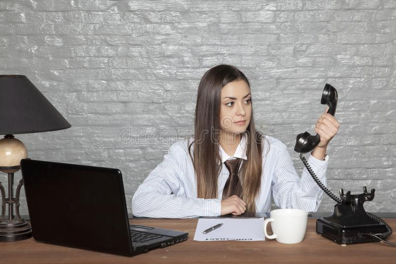 De bedrijfsvrouw gelooft wat niet zij aan luistert royalty-vrije stock foto
