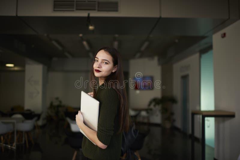 De bedrijfsvrouw heft haar vaardigheden in een modieuze privé universiteit op royalty-vrije stock afbeeldingen