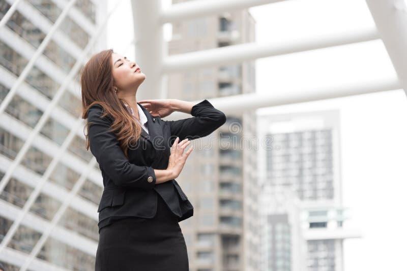 De bedrijfsvrouw kijkt omhooggaand en flick haar haar bij openlucht r royalty-vrije stock afbeeldingen