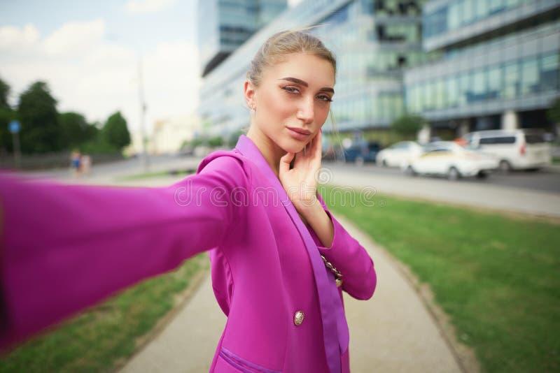 De bedrijfsvrouw maakt selfie op de straat stock foto