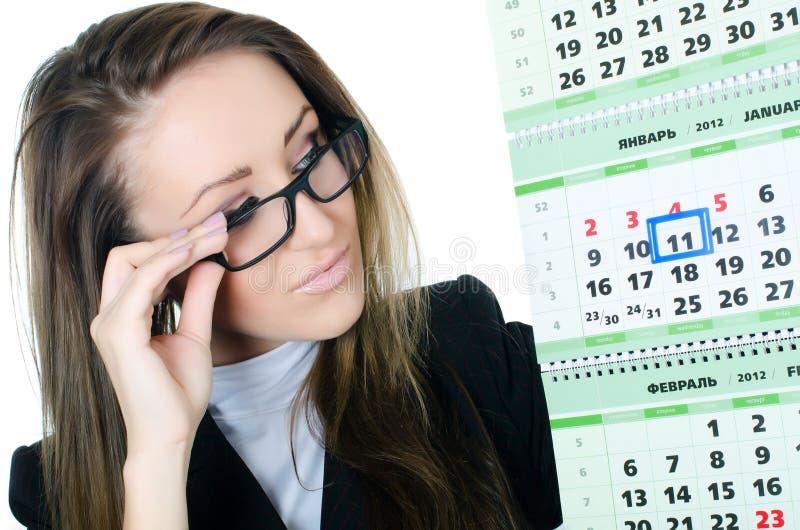 De bedrijfsvrouw met een kalender royalty-vrije stock afbeeldingen