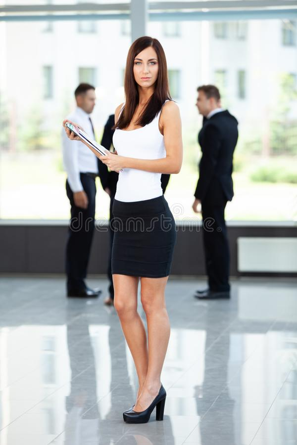 De bedrijfsvrouw met haar personeel, mensen groepeert zich binnen op achtergrond op modern helder kantoor stock foto's