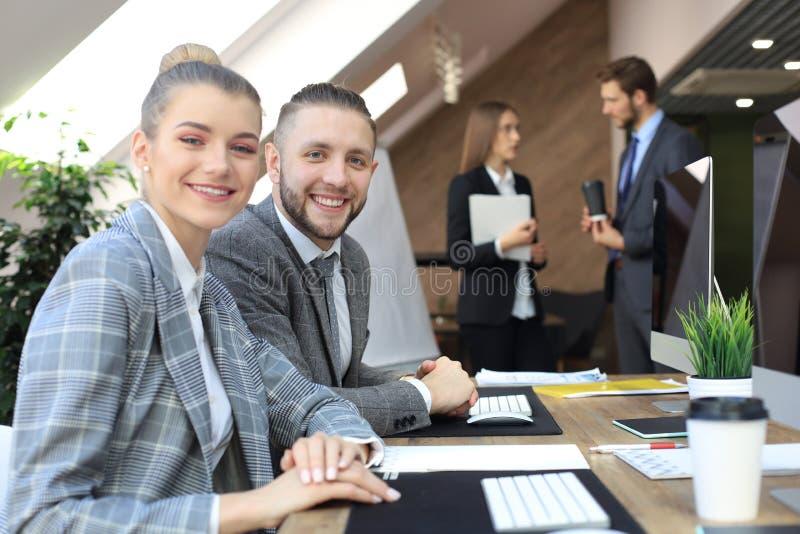De bedrijfsvrouw met haar personeel, mensen groepeert zich binnen op achtergrond op modern helder kantoor stock afbeelding