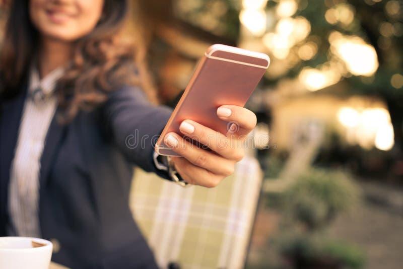 De bedrijfsvrouw neemt een zelfportret Nadruk op Telefoon royalty-vrije stock afbeelding