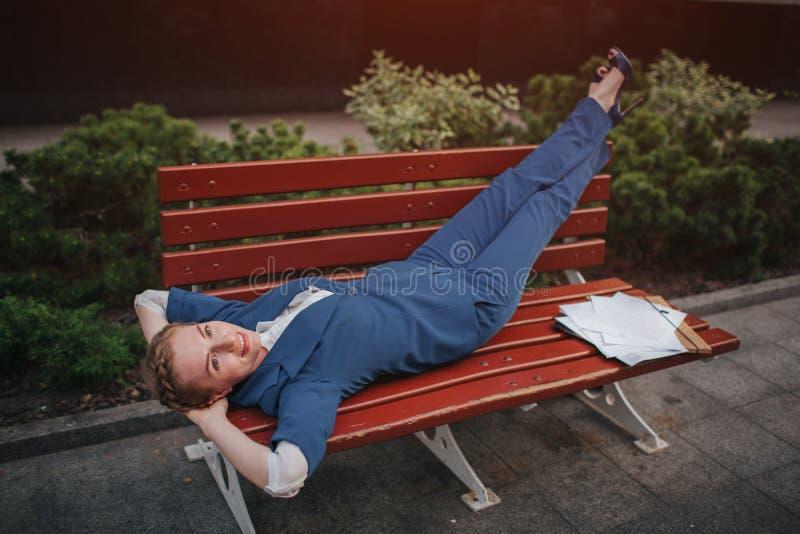 De bedrijfsvrouw rust na een succesvolle transactie Onderbreking op het werk Ik hield met en dromen over rust op stock afbeeldingen