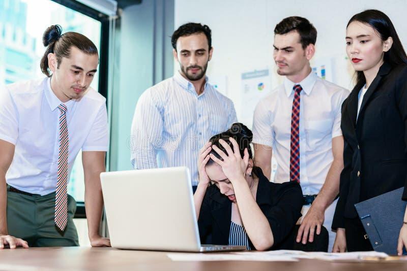 De bedrijfsvrouw is spanning en teleurgesteld stock foto