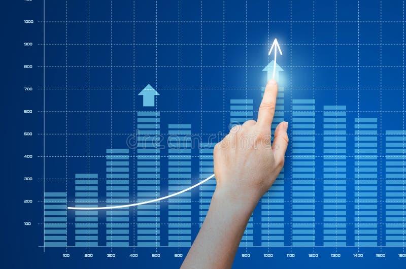 De bedrijfsvrouw toont op de groei van bedrijfswinst royalty-vrije illustratie