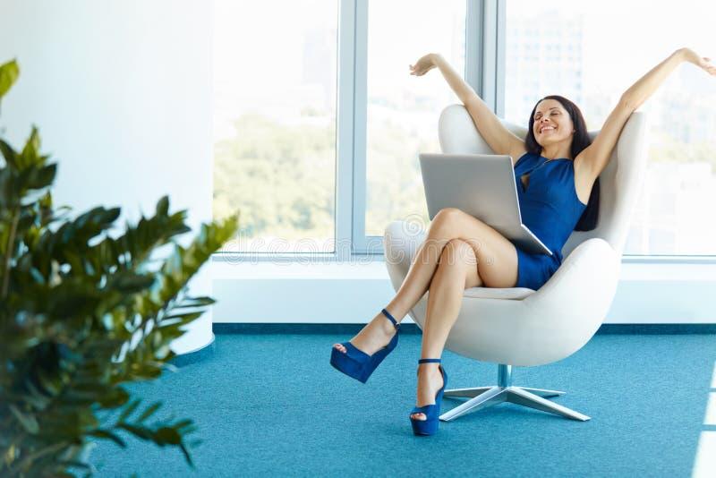 De bedrijfsvrouw viert succesvolle overeenkomst op kantoor Zaken P stock foto's