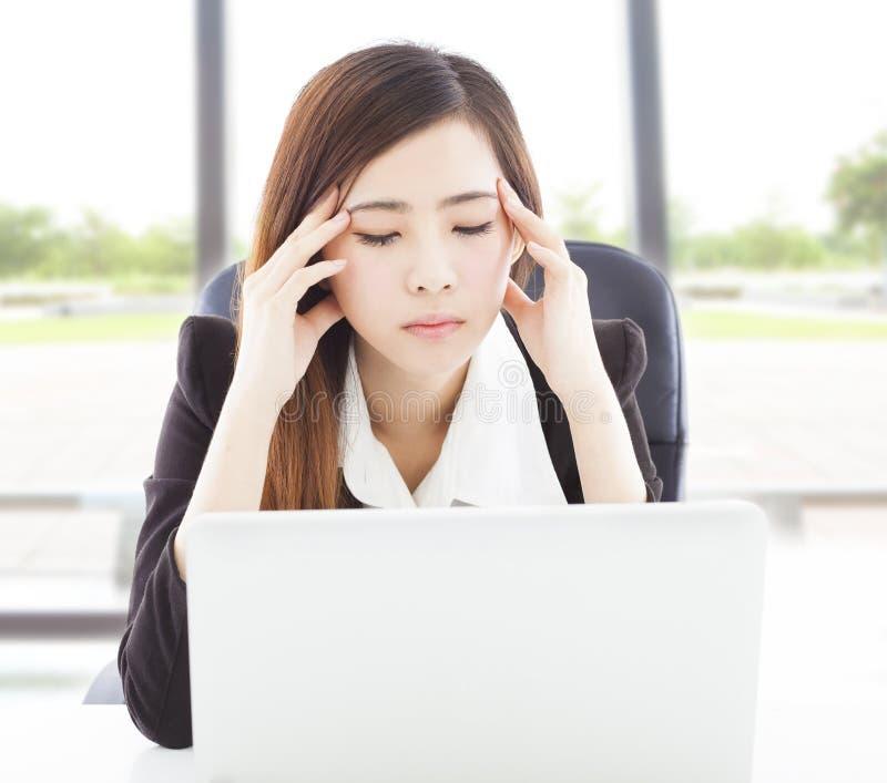 De bedrijfsvrouw voelt hoofdpijn en hoogtepunt van pijnlijke uitdrukking stock foto