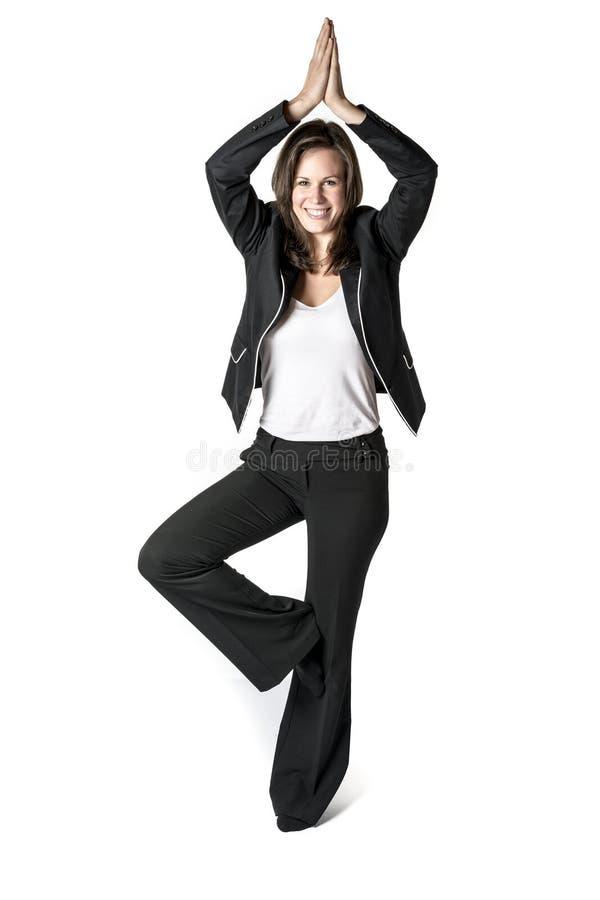 De bedrijfsvrouw voert yoga uit royalty-vrije stock foto