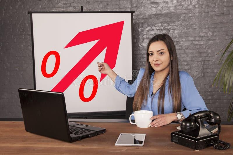 De bedrijfsvrouw wijst op een procentuele stijging royalty-vrije stock fotografie