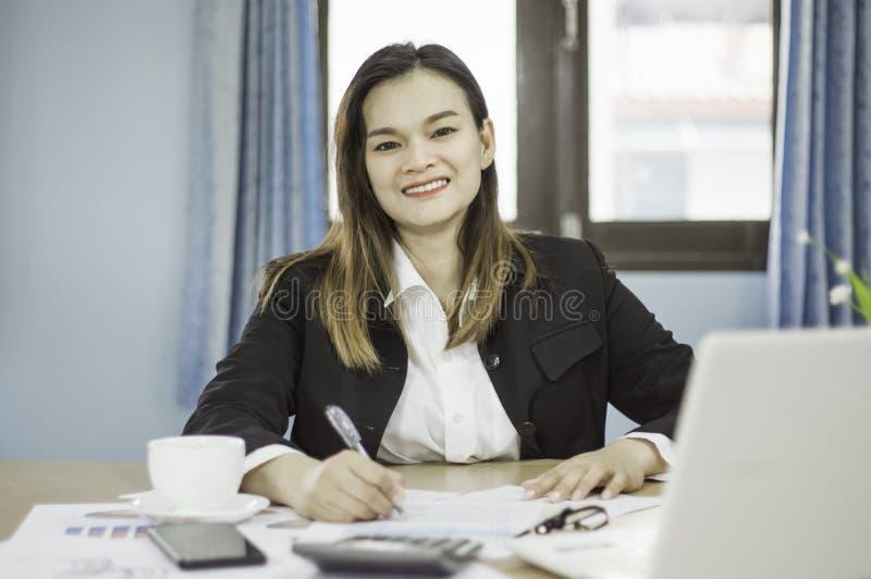 De bedrijfsvrouwen analyseren de vergadering van de aandeelhouders van de documentenpresentatie, met grafieken en marketing plang royalty-vrije stock foto's