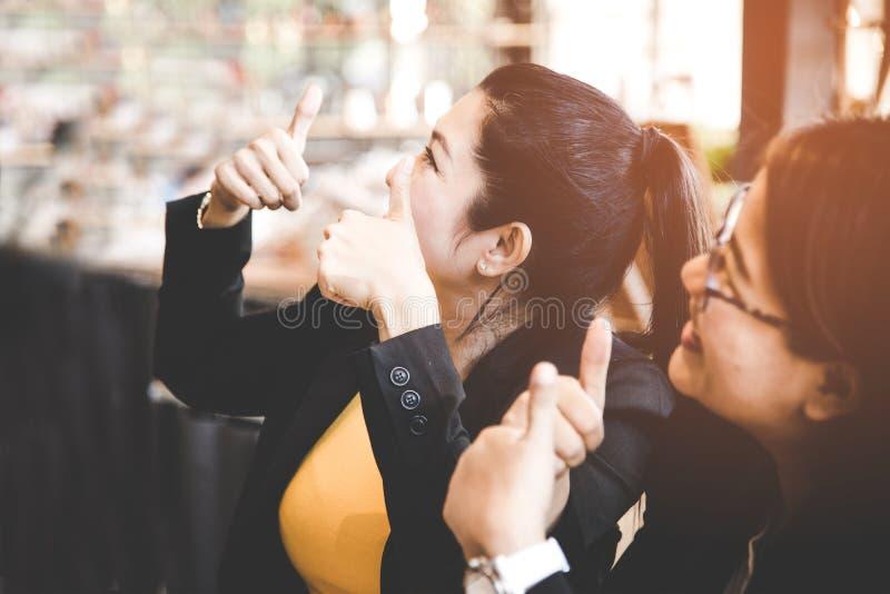 De bedrijfsvrouwen die goede projectresultaten, de bedrijfsgroei vieren, selecteren nadruk stock fotografie