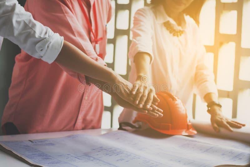 De bedrijfsvrouwen en ingenieurs werkende handen van bedrijfsmensen sloten aan zich samen bij handen in bureauvergadering Groepsw royalty-vrije stock foto's
