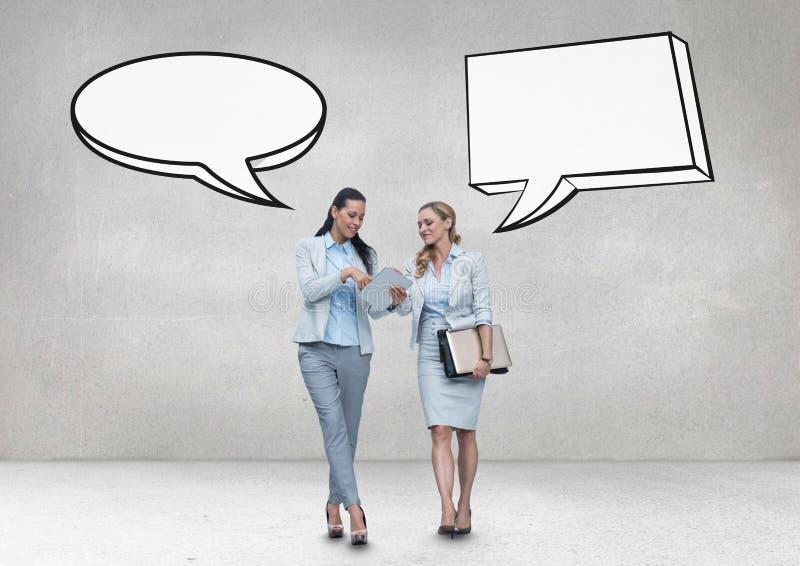 De bedrijfsvrouwen met toespraak borrelen sprekend tegen grijze achtergrond stock afbeeldingen
