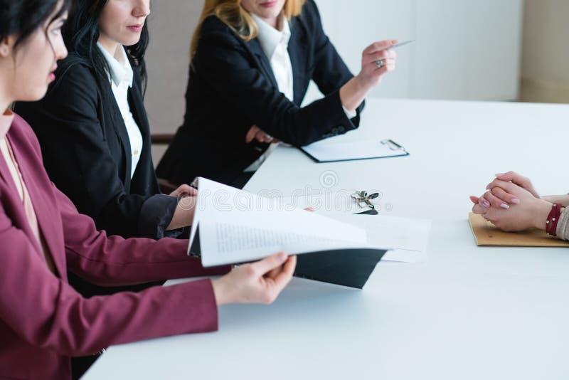 De bedrijfsvrouwen werken het overzicht van evaluatieprestaties stock foto's