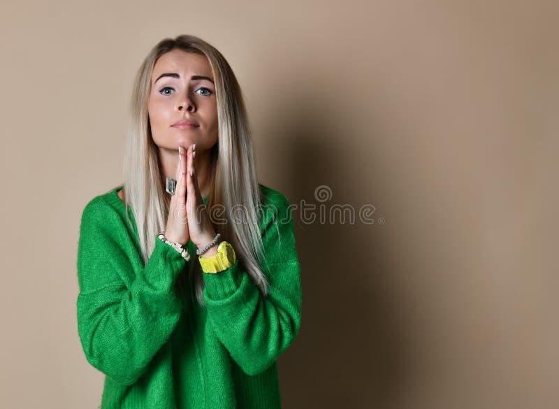 de bedroevende vrouw kijkt somber en wanhopig, houdt palmen, beggs voor vergiffenis in vriend als verraden hem samen stock foto's