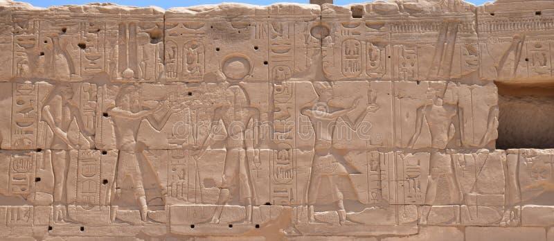 De beelden op de muren van Luxor-tempel stock afbeeldingen