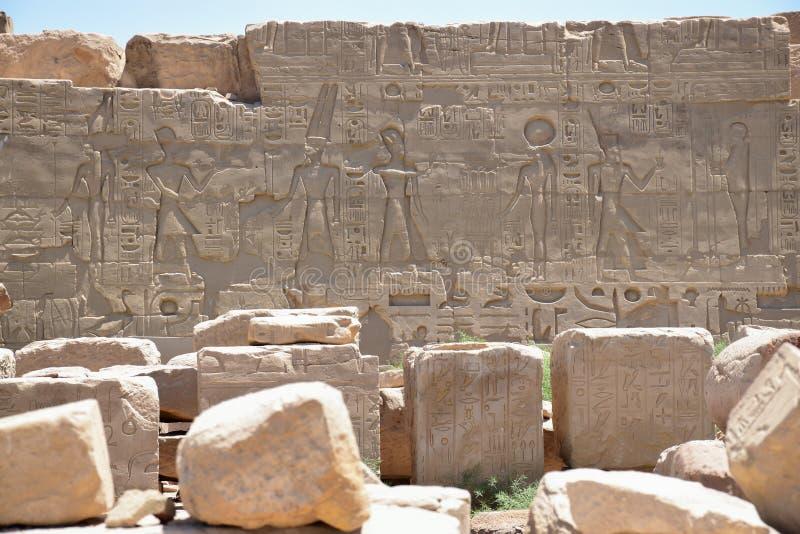 De beelden op de muren van Luxor templeÑŽ Egypte royalty-vrije stock foto's