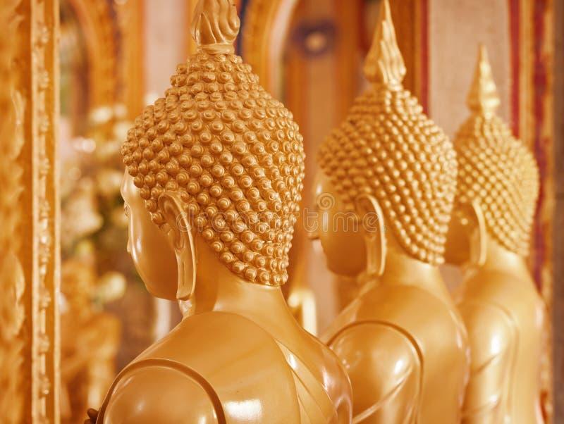De beelden van Boedha binnen de tempel thailand stock afbeeldingen