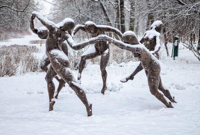 De beeldhouwwerkdans op Henri Matisse wordt gebaseerd die in het park bij het Yelagin-Eiland schilderen dat royalty-vrije stock afbeelding