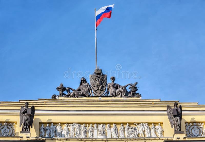De beeldhouwwerken en de Rus markeren bij de bouw van de Synode en de Senaat, St. Petersburg royalty-vrije stock foto's