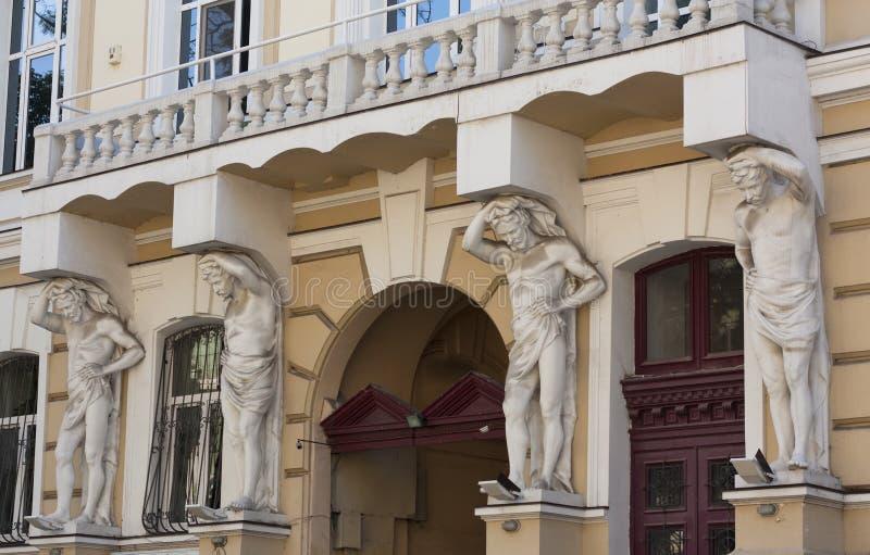 De beeldhouwwerken ondersteunend ontwerpen van een balkonfoto stock fotografie