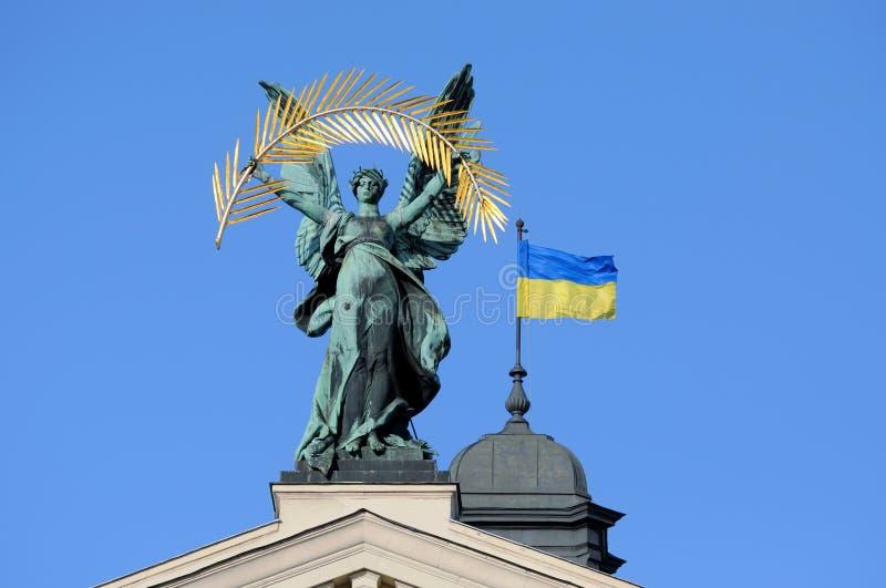 De beeldhouwwerken versieren voorzijde van de Staat Acad van Solomiya Krushelnytska Lviv stock afbeelding
